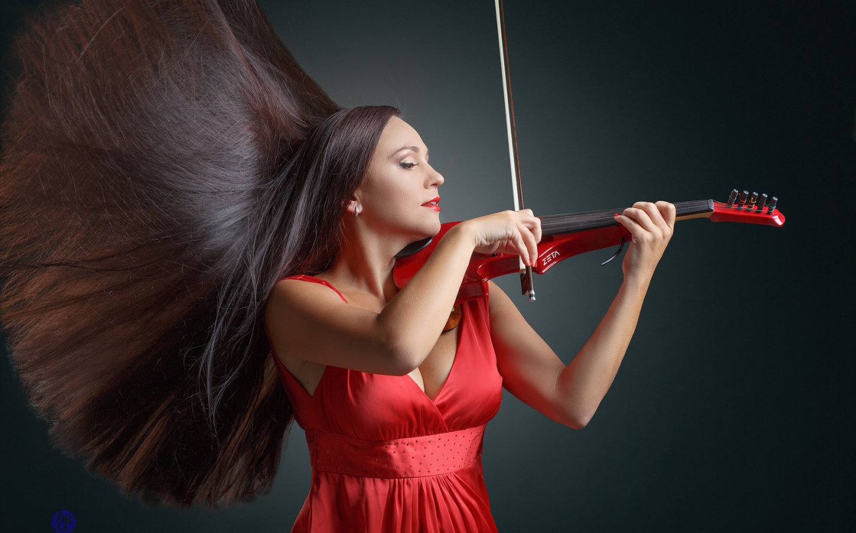 Hire Professional Violinist Dubai | Female Violinist for Events UAE